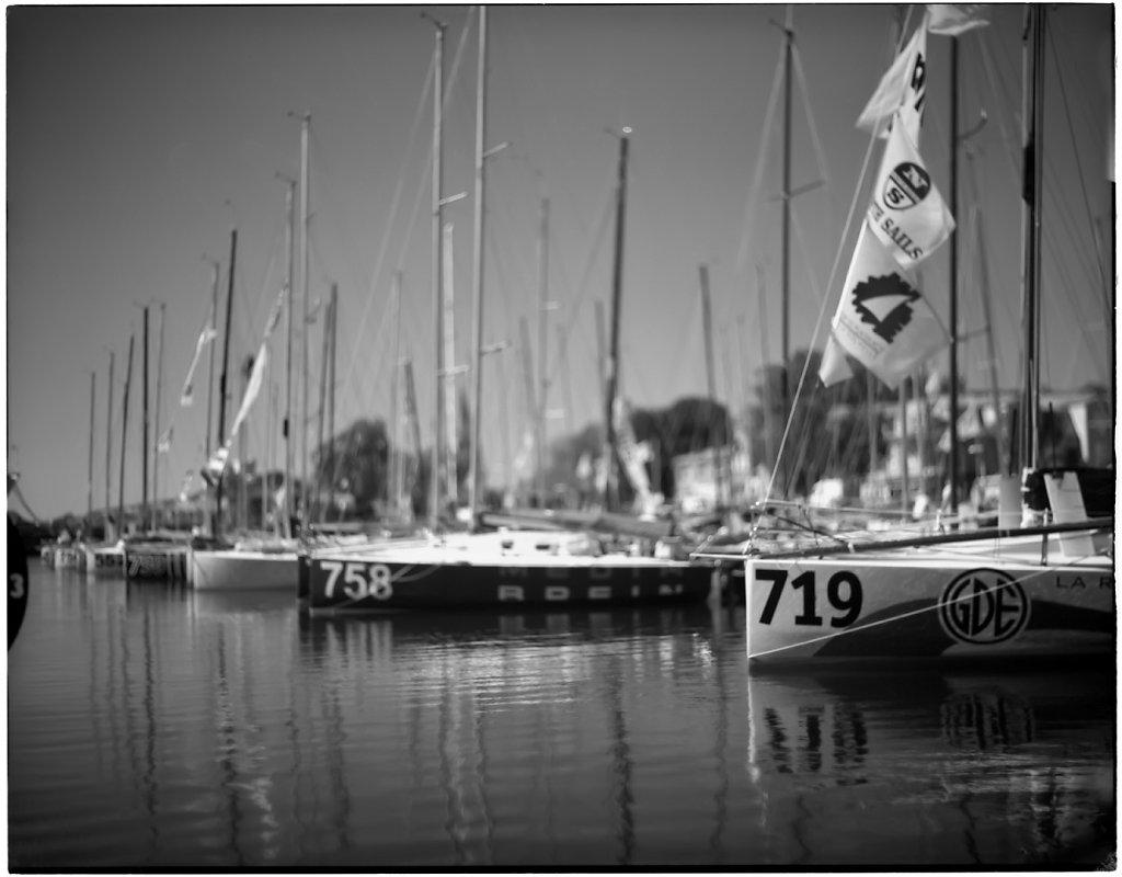 Transats 6.50 - Dans le bassin des grands yachts de La Rochelle. La zone de netteté est réduite et accentue l'effet 'maquette'. Cela sied aux minis...