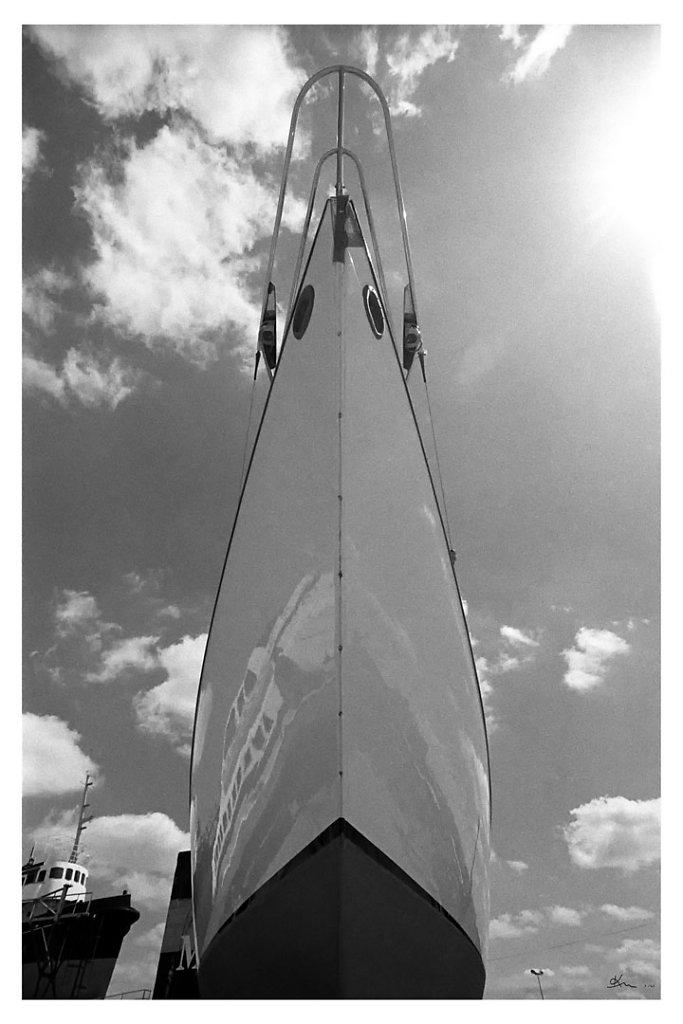 Etrave de Yacht classique devant le Saint Gilles. - Etrave de Yacht classique devant le Saint Gilles.